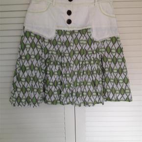 Varetype: nederdel Farve: grøn/creme Oprindelig købspris: 599 kr. Prisen angivet er inklusiv forsendelse.  let nederdel fra Repeat. str M  fast stof. foret.  lommer  100% bomuld.  talje 76 cm, hoftevidde 98 cm. sidelængde 54 cm    bytter ikke til andre varer!    ALDRIG BRUGT!!    oprindelig pris 599,95 - sælges billigt til 249,- incl porto