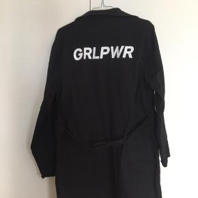 Tynd sort denim jakke fra Mads Nørgaard. Brugt enkelte gange. Fremstår som ny. Nypris 1200 kr Byd gerne :)