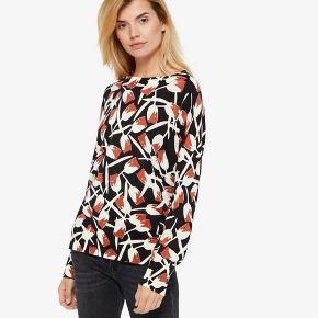 Lækker trøje fra Whyred, model Violet Print, farve Black Tulip, str xs