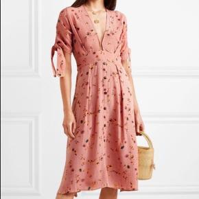 Smuk, lækker kjole fra fantastiske Faithfull the Brand.  I det lækreste, lette 100 % rayon. Kjolen er produceret under bæredygtige og etiske forhold på Bali og er håndsyet, håndfarvet og håndtrykt. Det er derfor et helt unikt stykke tøj.  Vil vurdere, at den også fint kan passes af en str. medium.  Np. 2000 kr.