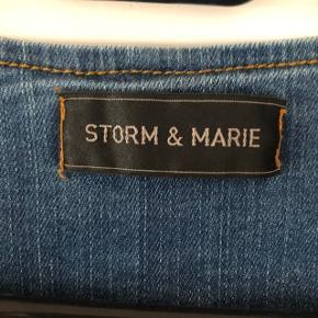 Sælger denne Storm og Marie denimjakke. Str. 34, aldrig brugt. Tyndt materiale, fungere som ny. Købt på tilbud til 600kr.
