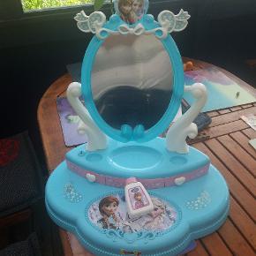 Sminkebord med Elsa og Anna fra Frost. Har skuffer under spejlet.