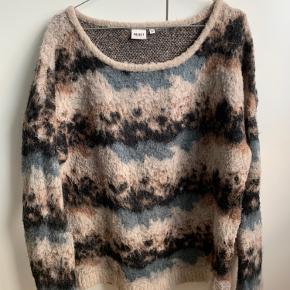 Smuk multifarvet og blød sweater. Købt i str. XL, da den var lille i størrelsen, og jeg ønskede et oversized look 🌸