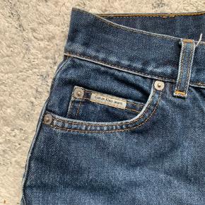 Calvin Klein jeans i str. 26💙 købte dem i genbrugen og har brugt dem en del, men det er ikke noget slemt. Der er lidt slid på lommerne, men det er også det. Købte dem for 250kr  og vil sætte dem til 120kr. Er åben for bud!