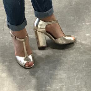 Brugt et par gange. Har ikke mere sko plads så de må videre til en anden sko elsker. De sidder så fint og er gode at gå i.  Sølv/champagne shine farve.  Retro med et hint af 2018!  Passer en der bruger 38 eller 39