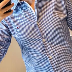 Pæn skjorte fra Tommy Hilfiger, brugt få gange. Vil også mene at den passer en størrelse XS