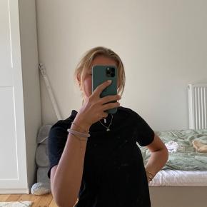 Gina Tricot basic t-shirt i sort str. XS. Den er næsten ikke brugt, så standen er næsten som ny.  Ingen slitage.