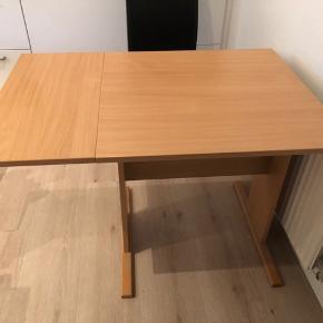 Rigtig fint klap bord. B. 68 cm. L. 68/100 cm. H. 71 cm.