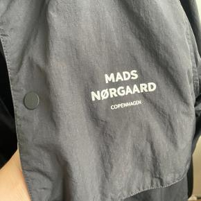 Mads Nørgaard Nylon Coach  Str Small Farve: sort Cond: 8, et meget lille flaw i snørrebåndet, ikke noget man lægger mærke til Nypris: 1300 Min pris: 600 kr  Eller kom med et bud