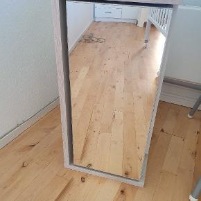 Opbevaringsskab med spejl. Samlet men aldrig brugt. Mål: B: 34, D:33, L:68