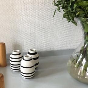 """Tre små ikoniske Kähler """"Omaggio"""" vaser sælges. Vaserne bærer ingen tegn på slid såsom skår, ridser eller andet. Køber betaler fragt, hvis varen skal sendes."""