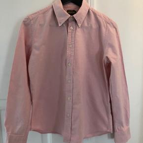 Ralph Lauren RUGBY skjorte i lyserød i str. 8. Kraftigt stof. Fin detalje med mønstret stof under kraven. Sælger en magen til i lyseblå. Kan sendes eller hentes på Nørrebro :)