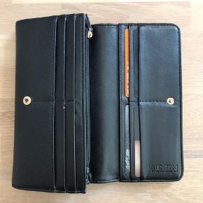 Klassisk pung fra Valentino Handbags.  Inden i kan det ses en lille smule, at den er brugt, men udenpå er den som ny.