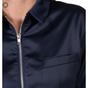 Skøn satin jakke/bluse fra Moves  Str: 38 Ikke brugt Np: 400 Byd