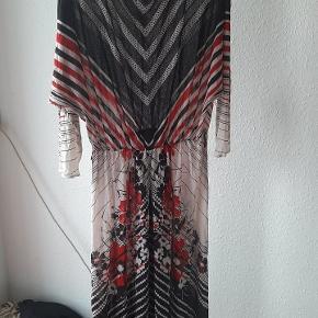 Vintage kjole, med tilhørende bælte, det skal bare lige findes frem fra skuffen 😊 fin til M-XL. Lettere transparent.
