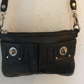 Skøn lille taske fra Marc By Marc Jacobs.   Fin stand fejler intet. Tæt på næsten som ny.