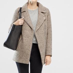 rigtig fin jakke fra ichi i str 36. den er købt sidste år, men aldrig brugt, da jeg har for mange jakker💙 nypris 1000 kr  tags: vinter, varm, frakke, jakke, uld