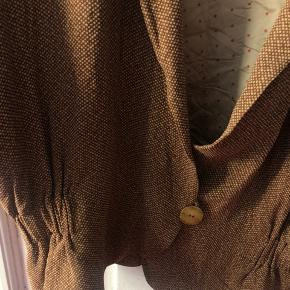Vintage slouchy jakke fra det eksklusive italienske mærke Krizia. Jakken er en it 44. vil passe en dk 38 eller 40. Skal sidde lidt løst og blødt. Perfekt jakke til forår og sommer. Pris 350.