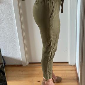 Bukserne er blot krøllede af at lægge foldet sammen i skabet, fejler absolut intet :-)