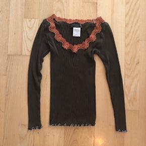Sælger denne bluse fra Rosemunde, da den desværre er alt for lille.. Nypris var 299kr Afhentes 8000 Aarhus C  Eller sendes med Dao for 38kr.