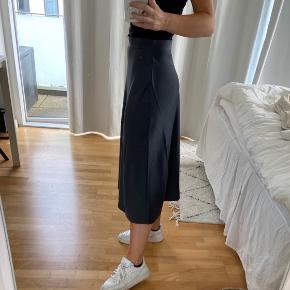 Lang navy satin nederdel fra H&M str. 34. Aldrig brugt