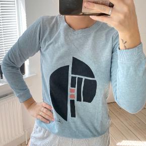 Sweatshirt fra Pieces i collab med ukendt, con: 6/10 - mp 50kr