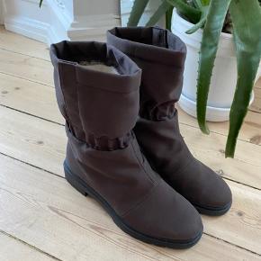 Rohde Sympatex Women's Slip On Sheepskin Lined Winter Boots. Str. 5/38. Men er små i størrelsen, så jeg vil mene de er nærmere str. 37,5. Rigtig god stand og varme. Jeg har købt dem for små, så de er brugt få gange og fremstår nærmest som nye.