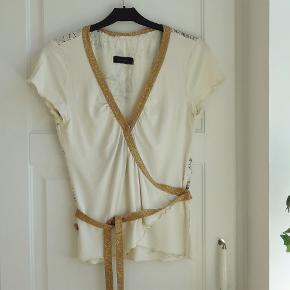 Bluse, Vero Moda, str. 36, Råhvid, Næsten som ny  En super smart og rigtig flot slåom bluse  Blusen har en flot mønstret ryg og båndene er guldnistret  Sender gerne hvis køber betaler fragt 37 kr