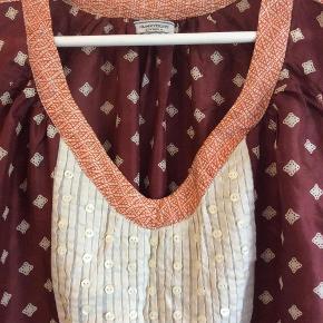 Varetype: Silke tunika Farve: Rødbrun, orange og beige  Fantastisk flot tunika i 100% silke.  Tager også i mod betaling via MobilPay.