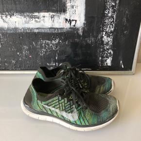 Tåspidsen er slidt, ellers fin let sko (brugt meget, heraf pris)