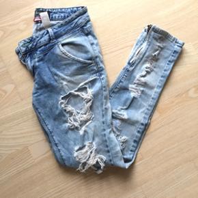 Ripped jeans i lys denim med lynlås ved anklerne. Købt i New York. Passer en s-m👖