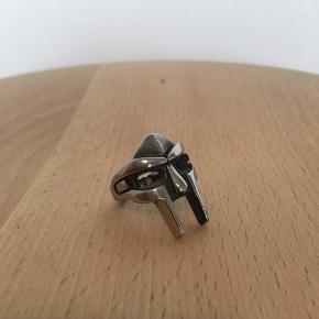 MF Doom ring købt på Featherpendants. Desværre for stor til mig og dermed nærmest aldrig brugt. Byd gerne og se de andre ringe jeg har til salg.