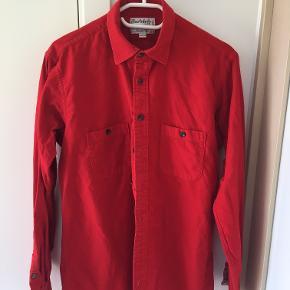 Rød Burberry skjorte i str. large. Købt i Paris, kvittering haves ikke. 100% bomuld, føles lækkert.  Bare byd. For flere billeder eller info kontakt mig på 24419332.
