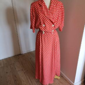 Vintage kjole i perfekt stand. Kan sende billeder med den på, dog er jeg selv en str.36/38.