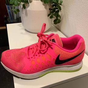 Nike pegasus 31. Ikke brugt meget. Og kun brugt til at gå i. Byd  Str 38,5