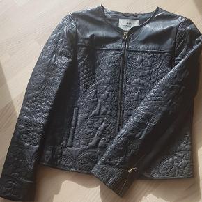 Varetype: Læderjakke Farve: Sort Oprindelig købspris: 4500 kr.  Super flot jakke af den blødeste lammeskind. Sjælden model med smukt broderede mønster. Jakken er i perfekt stand.