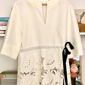 Victoria Beckham  Delft Broderie Anglaise stretch can't top. Color: ivory Size: 6 Uk/38   Pris:  500 kr