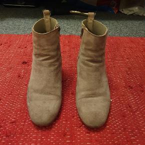 Smukke støvletter fra Kiomi. Brugt et par gange men er i fin stand. Jeg vil dog advare om at det beige ruskind er en smule sart