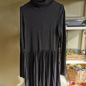 Virkelig blød og behagelig kjole. Også rigtig fin med en strik udover.