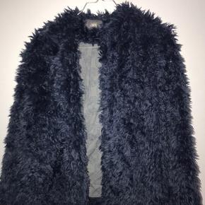 Dejlig varm bamse/faux fur jakke fra Zadig - har fulgt mig gennem tykt og tyndt, men leder nu efter et nyt kærligt hjem💙 pris til forhandling, og flere billeder kan altid sendes