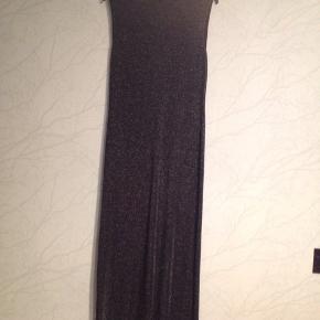 Kjole med sølvglimmer effekt. Ærmeløs og turtle neck  Kan bruges til fest og galla