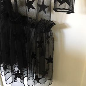 Sort kjole i mesh, med fine stjerner på.   Skriv for mere information 🦋
