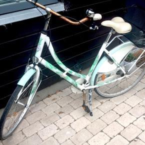 Mustang cykel, model  Dagmar limited edition. Påsat punkterfrie dæk, med eller uden kurv.  Rusten ved styr og pedaler, men den virker så fint. Sælges ved rette bud