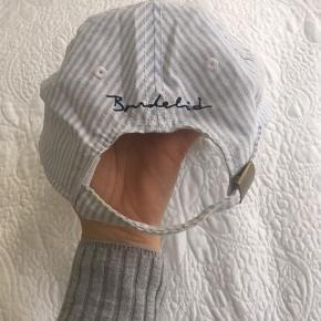 Lyseblå og hvid stribet / mælkedrengestribet / seersucker kasket. Minder lidt om Ralph Lauren, købt i Sverige i 2012. Justerbar i nakken, så kan passe alle størrelser 😊 så god som ny, dog med enkelte brugsspor. Byd endelig 🍀
