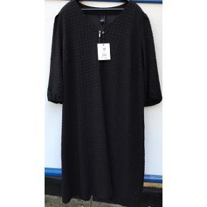 Adia kjole str. XL (54/56). 3/4 ærmer. Prisskilt 699,95 kr. Aftageligt bindebånd. Elastik i ærmegab. Lynlås foran i halsen. Brystvidde: 82 cm. X 2. Længde: 117 cm.