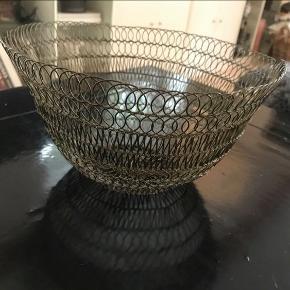 Skøn fransk bordskål lavet af stål tråde. Kan også anvendes som brød kurv.  Købt i Provence. Mål ; Ø29x h 16 cm.  Kan hentes i Rungsted, sender også gerne.   Købt for 400 kr.