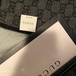 Tørklædet er brugt enkelte gange, meget omhyggeligt - vaskemærket er desværre faldet af.  Materialet er 100% cashmere og tørklædet er fra 2014.  Tørklædet er købt i Gucci butikken i New York.  Nyprisen lå på omkring de 3700kr.