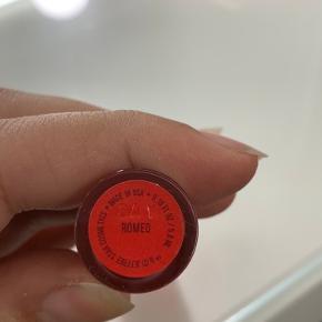 Jeffree Star Cosmetics VLL i farven romeo. Kun swatchet