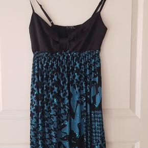 Smuk kjole i str. S/m den kan give sig i stoffet..  40pp 😊