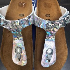 Flotte sandaler med i sølv/snake og lyser flotte hvor solen skinner på dem.  Måler 20,5 cm og max 0,5 i tillæg.  300,-pp  Findes også i str 31 og 32